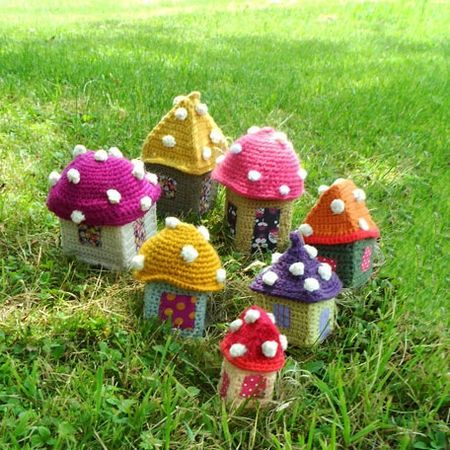 ❤ these adorable, dotted, knit, mushroom houses...