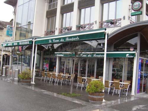 Le Coeur de Remparts, Marmande, j'adore à regarder la foule passe ici à la Place du Marché les samedis!