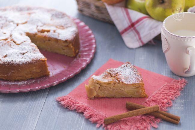 La torta di mele è un dolce della tradizione casalinga, soffice e goloso, preparato con tante mele e perfetto per la colazione o la merenda.
