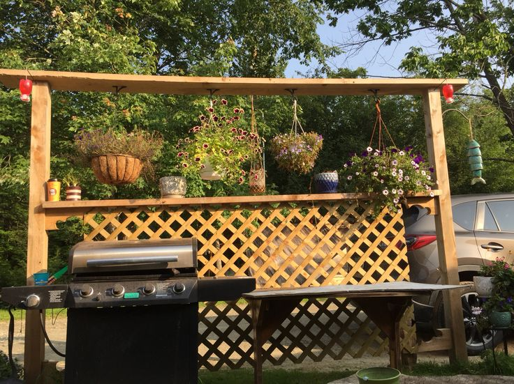 Garden privacy fence with lattice for outdoor patio