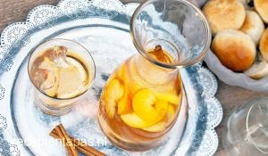 sangria, spaanse drank met vuchten, likeur en witte wijn