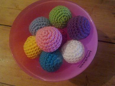 Virkad små kulor kan man använda till en massa rolig saker. Skallra som jag precis har gjort, sätt i ett snöre så har man en dekoration ti...