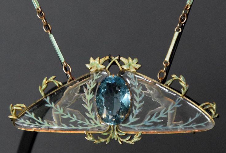 René Lalique. Ciondolo. Vetro inciso, oro, acquamarina, smalto e zaffiro. Ca 1904 - 1906