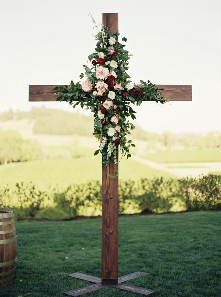 flowers on cross for wedding at Zenith Vineyard in Oregon http://www.trendybride.net/zenith-vineyard-oregon-wedding/