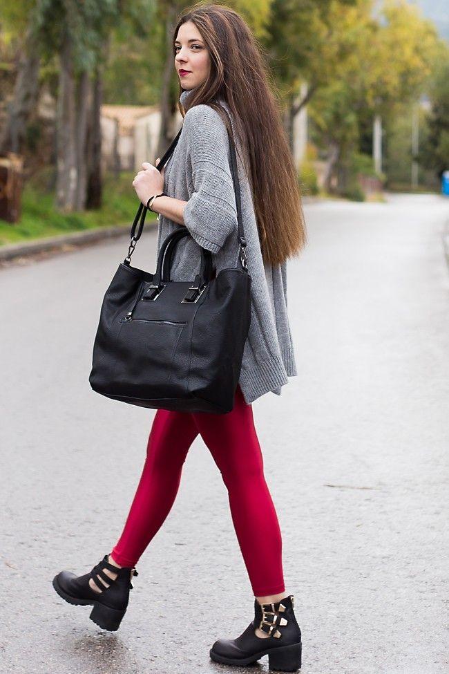 Total Black Handbag Μαύρη τσάντα χειρός με μεγάλη χωρητικότητα και λουρί που αυξομειώνεται για να φοριέται και χιαστί. Εσωτερικό κλίπ που την κάνει να αλλάζει μορφή!  45,00 €