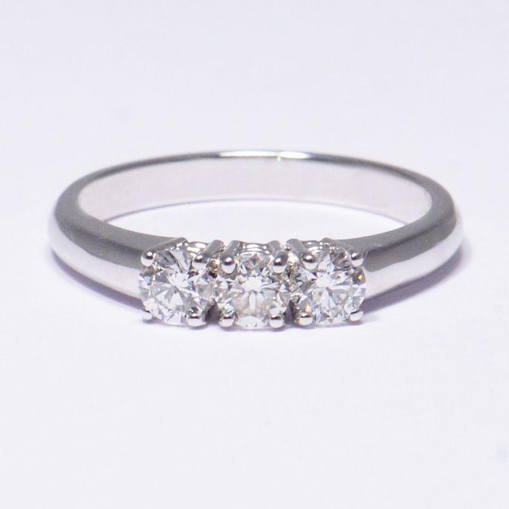 Anello trilogy di diamanti.