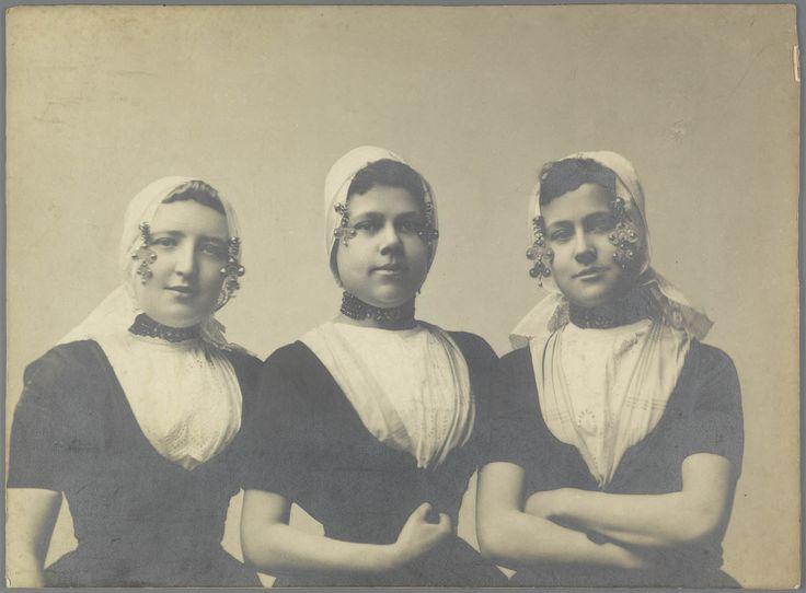 Drie jonge vrouwen in Walcherse streekdracht. #Zeeland #Walcheren