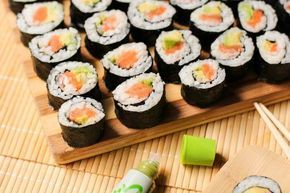 Продукты: 1. Рис для суши - 1 стакан 2. Рисовый уксус или приправа для суши с рисовым уксусом 3. Водоросли нори 4. Соевый соус 5. Маринованный имбирь 6. Васаби