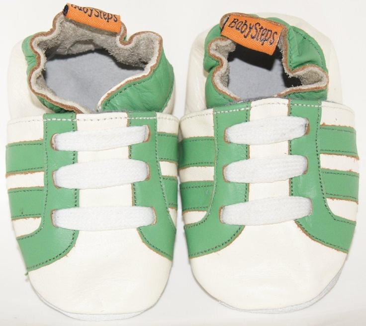Sportieve leren babyslofjes met groene strepen.