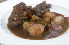 Η γαλλική συνταγή για αγριογούρουνο με κόκκινο κρασί, κρεμμύδια στιφάδου και μανιτάρια, αλα μπουργκινιόν, με όλα της τα βήματα, αναλυτικά