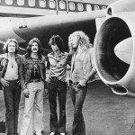 """El pasado domingo, la banda británica Led Zeppelin fue recibida por el Presidente Barack Obama y la Secretaria de Estado, Hillary Clinton, para otorgarles el premio Kennedy por su trayectoria cultural.  El presidente eligió a la banda por ser un ícono de los años 70 al expresar que """"toda una generación de jóvenes fue …"""