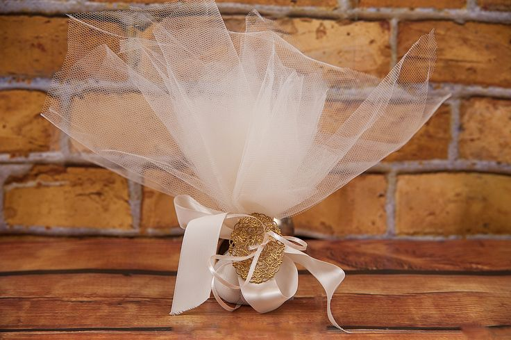 Τούλινημπομπονιέρα δεμένη με ένα υπέροχο χρυσό παντατίφ. Δένει με κορδέλες σε ό,τι χρώματα θέλετε. Το παντατίφ μπορείτε να το χρησιμοποιήσετε ως διακοσμητικό, γούρι ή να το φτιάξετε κολιέ. www.lenagamos.gr
