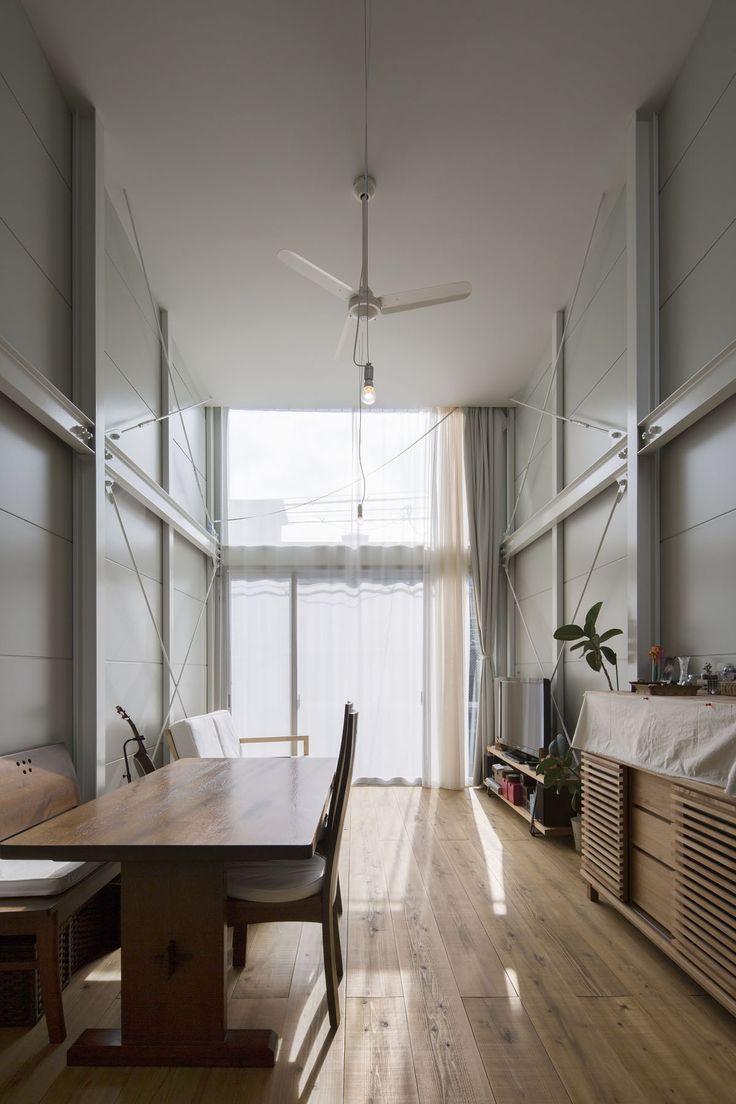 カーテンは透過性の違う3種の生地を吹抜け天井から吊り、時間帯や使い勝手に応じて調整できる仕組み。