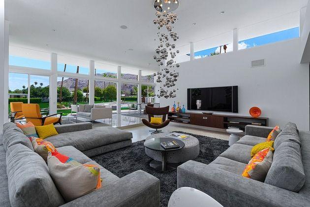 Zwei schöne Mitte des Jahrhunderts Wohnzimmer in einem Haus: Indoor und Outdoor