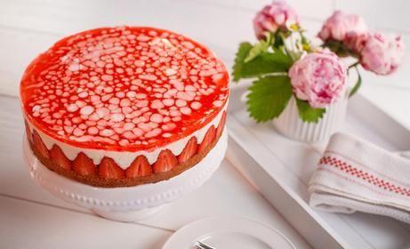 Lockerer Biskuit mit leckerer Sahnefüllung, frischen Erdbeeren und Erdbeersoße