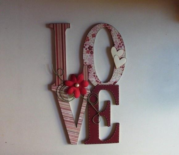 Palavra Love em MDF de 6mm para pendurar em parede, porta, móvel ou colar em cima de caixa para foto, presente, etc decorada em papel de scrap. Pode ser feito em outras cores. consulte. R$35,00