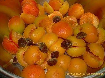 Αν η μαρμελάδα εσπεριδοειδών είναι η κορυφαία μαρμελάδα του χειμώνα, και η μαρμελάδα φράουλα η κορυφαία μαρμελάδα της άνοιξης, ποιά θα μπορούσε να έχει τον αντίστοιχο τίτλο για το καλοκαίρι; Κατά τη γνώμη μου, η μαρμελάδα βερίκοκο έχει και το χρώμα, και το άρωμα και τη γεύση του καλοκαιριού! Τα …