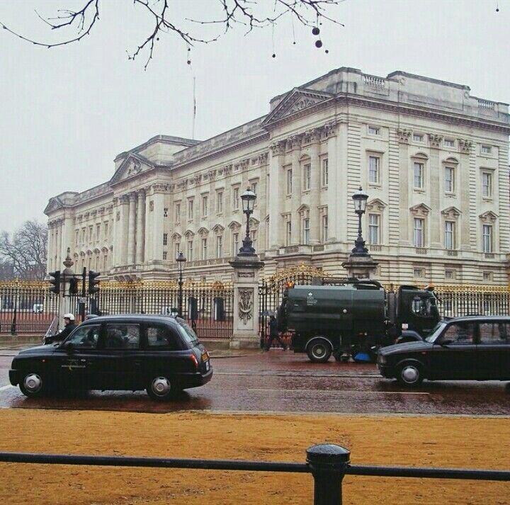 "@buckingham palace Kalo di indonesia ini istana kepresidenan  ""Residence of The queen of england"""