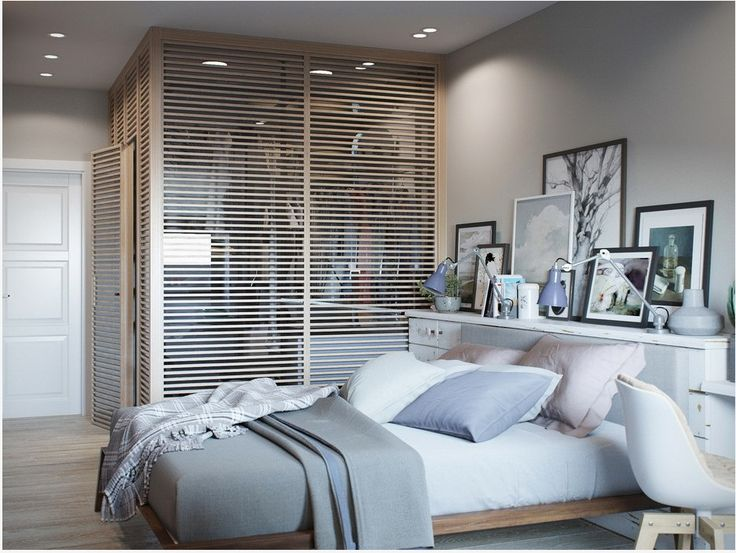 Гардероб в спальне имеет деревянные решетчатые стены, которые пропускают внутрь достаточно света.