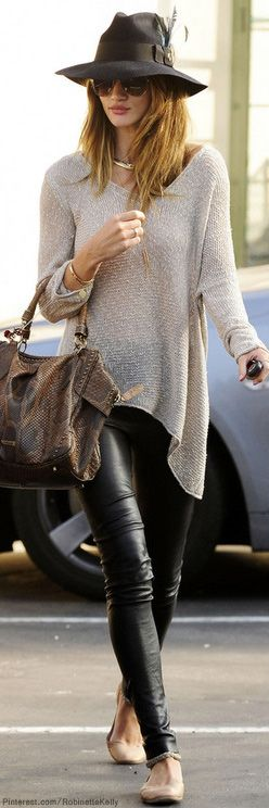 tricô leve misturando textura com calça de couro. e chapéu com pegadinha modernete!