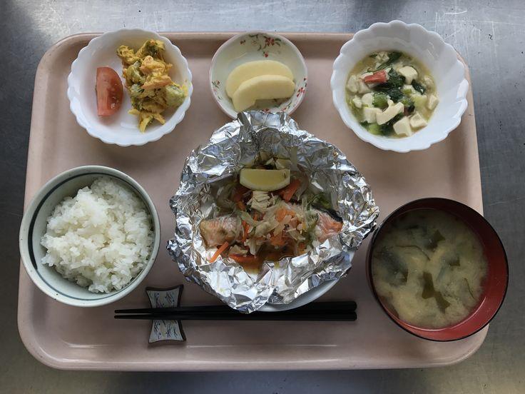 3月9日。鮭のホイル焼き、豆腐とチンゲン菜のとろみ煮、かぼちゃのサラダ、玉ねぎとワカメの味噌汁、バナナでした!611カロリーです