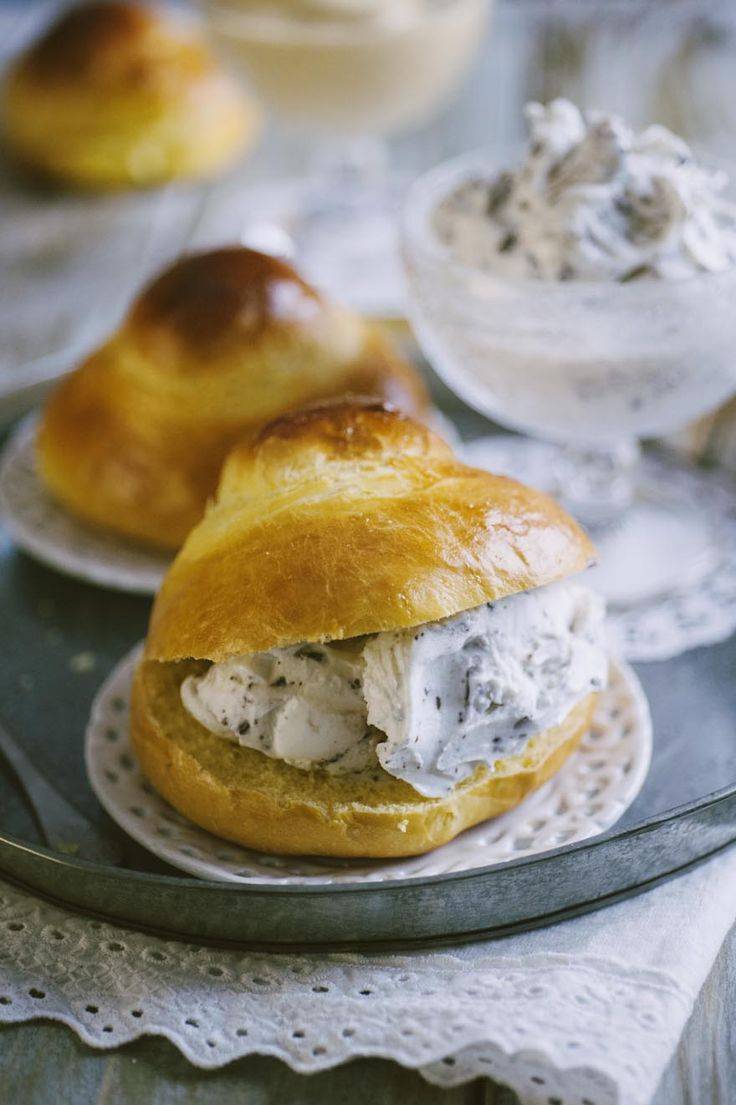 La brioscia col tuppo, farcita con granita o con gelato, è un tipico e tradizionale dolce siculo: provalo, te ne innamorerai!