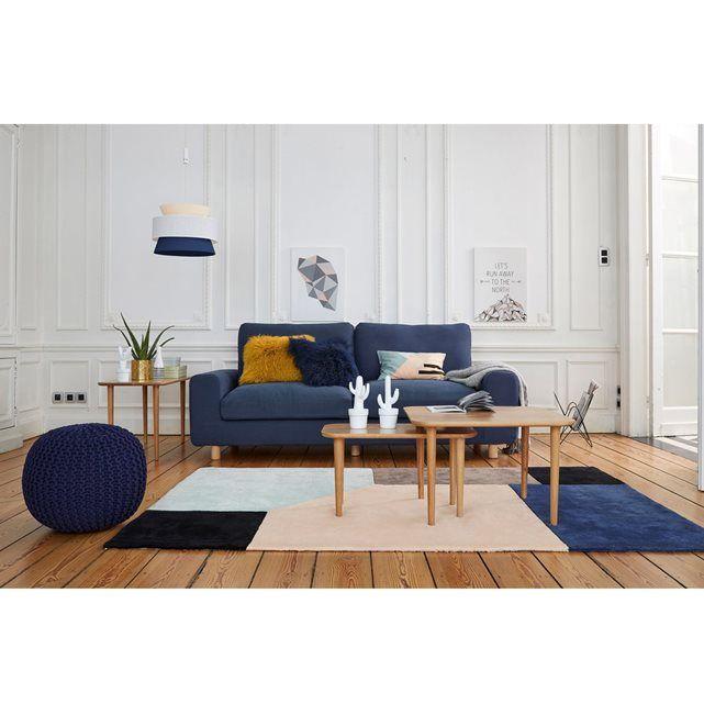 Le canapé Sluito : lignes épurées et belle symétrie, pieds fuselés d'influence scandinave, coussins généreux et profonds accoudoirs pour un confort parfait, ce canapé sera la pièce maîtresse de votre séjour. Fabrication française.
