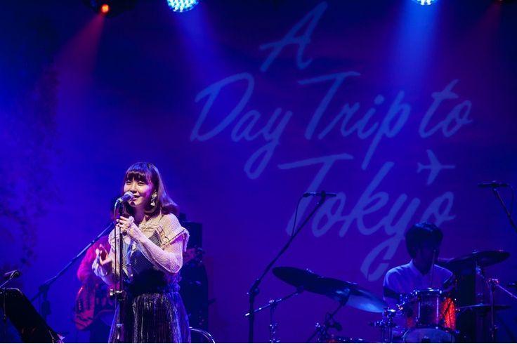接續出場的則是土岐麻子,曾在日本演唱過不少廣告歌的她,具透明感的聲音如雨滴落在池塘般,在樂迷耳裡泛起陣陣漣漪,初次來台的她邊笑著跟台下觀眾分享豆花的美味,邊透過以東京地名為題的《來自世田谷的男孩》精準點題,在大家輕巧的掌聲節奏中帶來另一首頗具異國色彩的《Kung Fu Girl》,土岐麻子用不慍不火的輕快曲調讓現場氛圍如同散步在原宿街頭,親和而有特色,也讓人著迷她歌聲裡帶有一點生活在大都會中的陽光與自信。