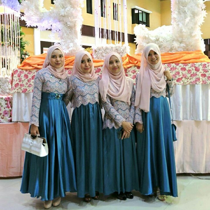 Muslimah bridesmaid in deep turquoise dress and pink lace