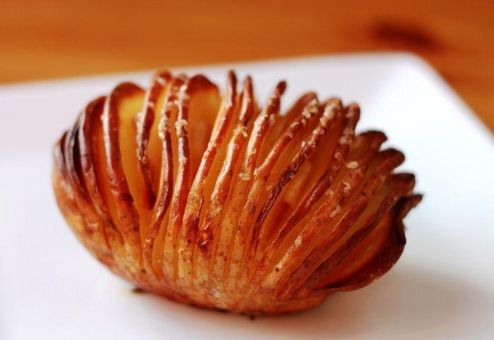 potato, garlic, butter, salt, olive oil, cheese-parmesan  作り方:①じゃがいもをよく洗い、じゃがいもを完全に下まで切らないように注意しながら3mm程度にスライスします。(そうすると焼き皿に置いてもバラつかず納まります。野菜スライサーを使用しても。)②にんにくを薄くスライスし、スライスしたにんにくをアコーディオン状の切れ目に挟んでいきます。③少しバターを上に塗ります。(バターが切れ目に入るようにするとベター)④お好みでパルメザンチーズをかけます。200℃のオーブンで約45分-1時間焼きます。(クリスピー具合はお好みで調整ください)