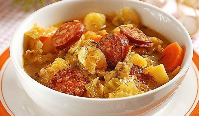 Pre poriadnych jedákov: Kelová polievka s klobásou | DobreJedlo.sk