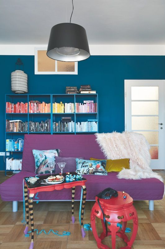 Proměna: Obývací pokoj pro kreativní duši. Prostorný byt v Holešovicích skýtá mnohá překvapení. Úžasnou terasu, strop s luxferami a teď i skovstně zařízený interiér, jaký se hned tak nevidí.