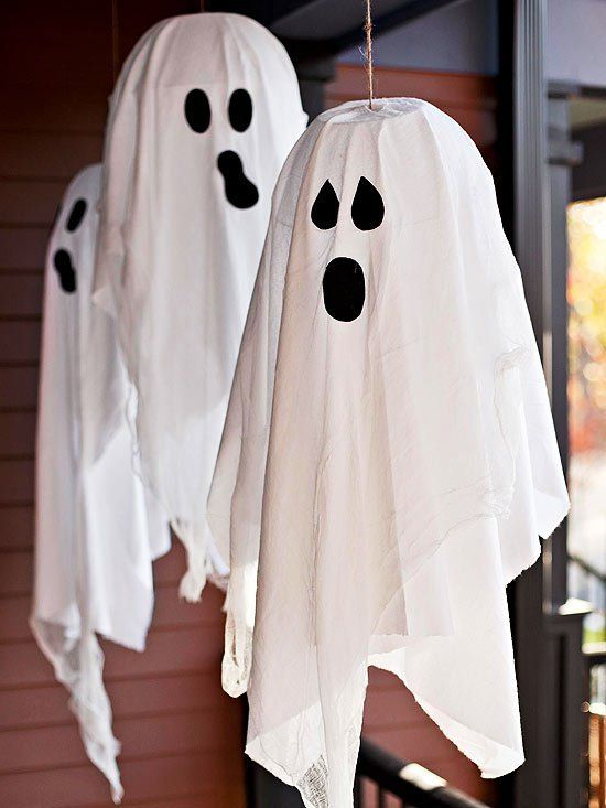 des fantômes blancs avec des draps pour Halloween