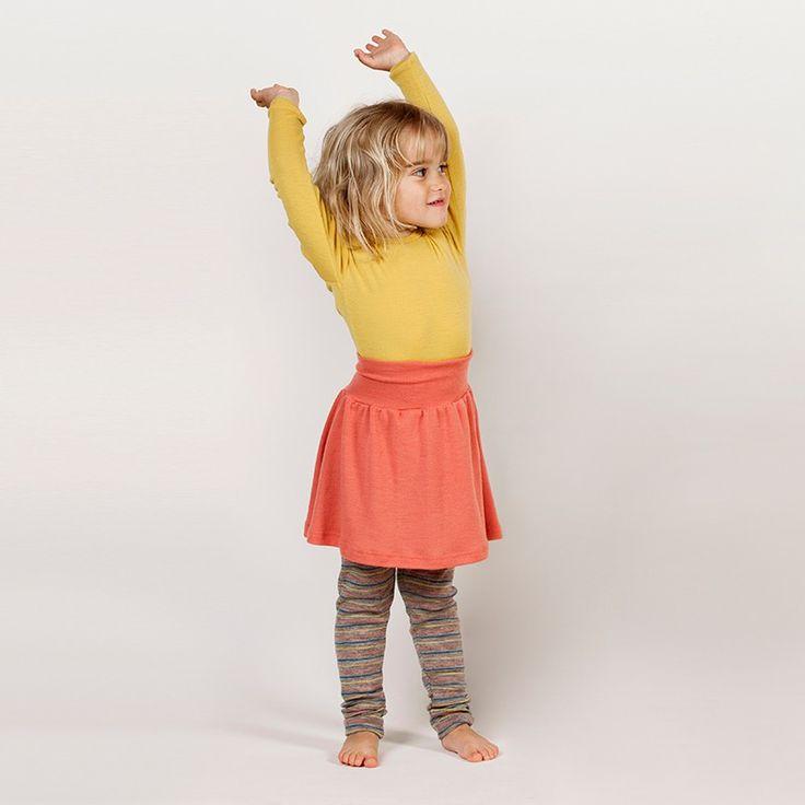 Flott ullskjørt fra Nøstebarn i farge Vannmelon! Ella ønsker seg dette, men minste størrelsen er 92, så det får bli til jul :)