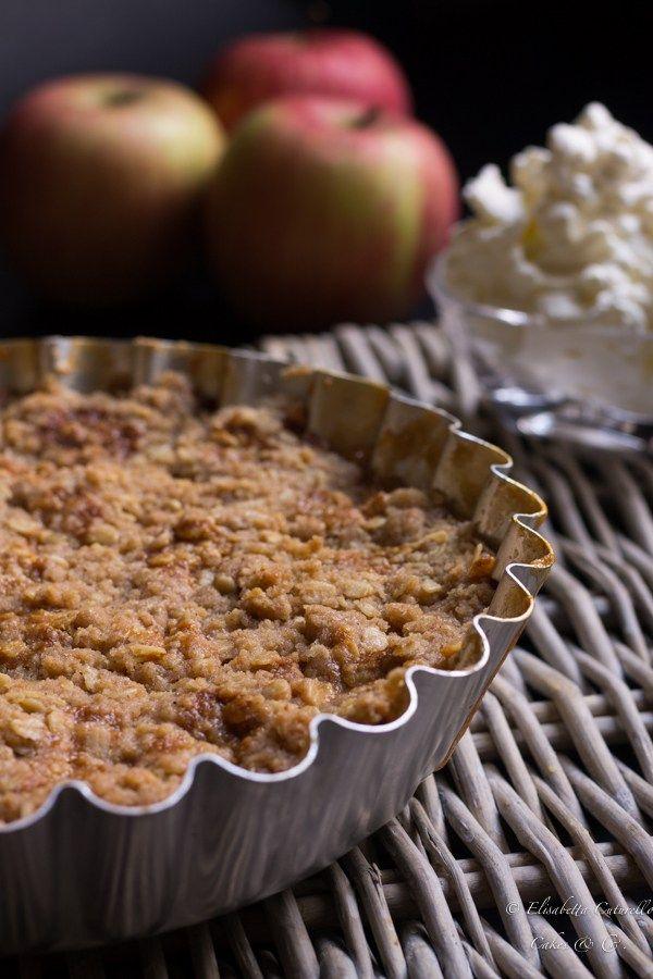 Un crumble alle mele con fiocchi d'avena e confettura di albicocche senza uova perfetto come merenda o fine pasto accompagnato con panna montata o gelato