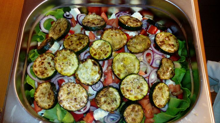 Újragondolt görög saláta grillezett cukkinivel