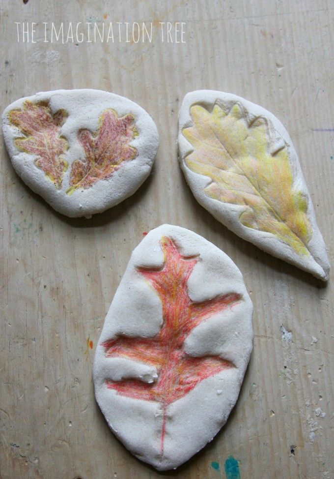 3d knutsel: Make coloured leaf impressions in salt dough to make Autumn keepsakes! Fun for kids of all ages