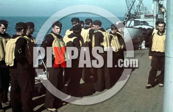 Kriegsmarine seamen with life vests on the deck of a warship at the french Atlantic coast 1941  keywords: color, colour, agfacolor, filmosto, dias, glasdias, farbdias, farbdia, dia, negative, negatives, kodachrome, war, soldier, military, 1944, 1940, army, home movie, Berlin, German, Germany ian.spring@gmail.com www.pixpast.com   SUCHE ALTE KRIEGSZEIT FARBDIAS - MILITAR UND CIVIL Paying top prices for private color slides from before and during the second world war. Ian ian.spring@gmail.com