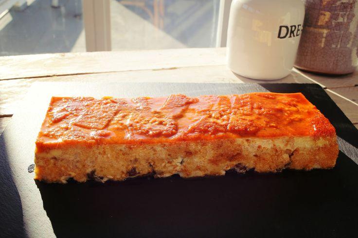 Szinte hihetetlen, hogy szikkadt kenyérből ennyire olcsón és egyszerűen lehet ennyire isteni, lágy, karamellás-fahéjas desszertet varázsolni. Soha többet ne csináljatok prézlit, csak kenyérpudingot.