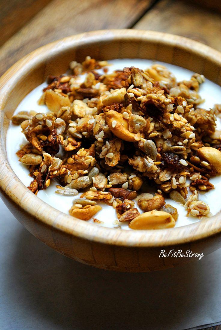 Domowa granola to jedno z lepszych wynalazków w mojej kuchni. Świetnie spisuje się jako szybkie śniadanie w duecie z jogurtem, jako chrupiąca przekąska między posiłkami, czy z owocami w formie deseru. Jej przygotowanie nie zajmuje wiele czasu, a starcza na długo, mi mniej więcej na 2-3 tygodnie. Smakuje świetnie i wykonana jest tylko ze zdrowych …