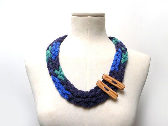 Collana in lana realizzata a maglia e uncinetto - filato multicolore blu scuro, blu elettrico e verde acqua con bottoni in legno - Handmade