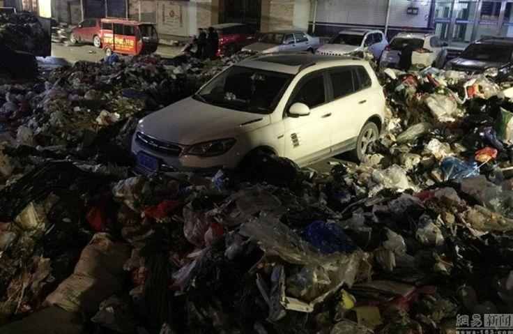 Ini padahnya parking kereta depan pintu masuk pusat sampah!   Seorang lelaki nyata tersilap memilih tempat meletak keretanya ketika keluar menemui rakannya di Zhengzhou pada Selasa lalu apabila kenderaan itu akhirnya menjadi tempat himpunan sampah sarap.  Kereta dihias timbunan sampah  Lelaki bernama Shang itu tidak sedar dia meletakkan kenderaan utiliti sukan (SUV) miliknya di depan pusat kutipan sampah dan menghalang pintu masuknya.  Kerana berang tidak dapat masuk ke rumah sampah itu…