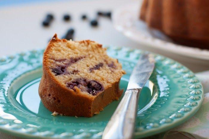 Juntar pedaços de fruta na massa de um bolo faz dele uma experiência inesquecível