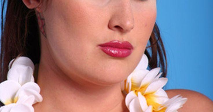 Brincadeiras havaianas para adultos. Você escolheu uma bela camisa havaiana, as tochas tiki estão acesas, e a carne de porco está marinando. Você já completou a maioria dos passos para uma festa de tema havaiano, mas está preocupado sobre o entretenimento. Não se preocupe, há uma variedade de jogos para adultos que encaixam no seu tema de luau.