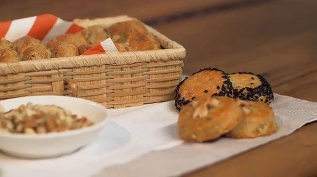 Biscottini salati al roquefort con semi di sesamo nero e noci