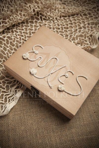 Ξύλινο κουτί με χειροποίητη διακόσμηση από μεταξωτό κορδόνι και καρδούλες για τις ευχές των καλεσμένων