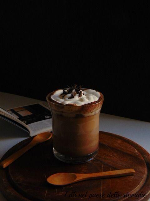 Caffè con caramello e cioccolato con panna montata