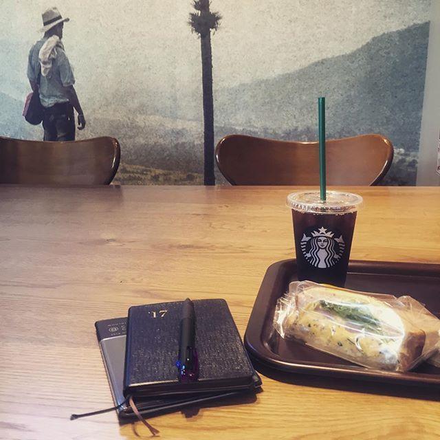 お久しぶりです。約2ヶ月ぶりの更新です。そして久しぶりのスタバ。最近、カフェから遠ざかっておりました…何故ならダイエット中でして(⊙Д⊙ )‼︎(笑)平日昼間は空いていて良いですね〜。 #スタバ#スターバックス#starbucks#starbuckscoffee#アイスコーヒー#カフェ#カフェとノート部#手帳#手帳時間#能率手帳#サンドイッチ#sandwich