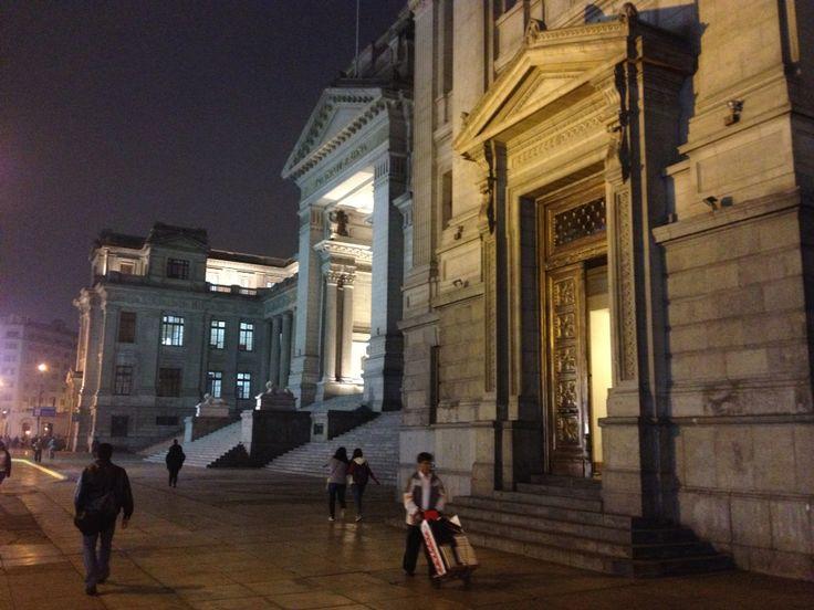 Arquitectura colonial e imponente por las calles de Lima  Perú