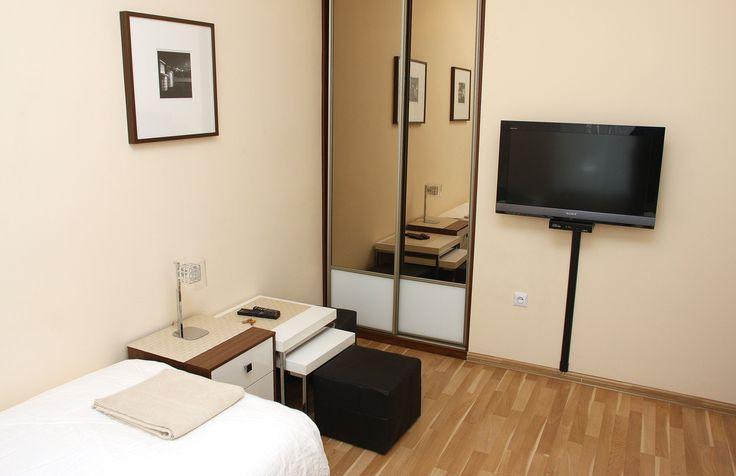 Pokój 2-osobowy,łózka oddzielne pojedyncze z możliwoscia złączenie razem. Wyposazony w TV LED,internet bezprzewodowy i telewizje satelitarną, w pokoju rowniez duza garderoba,lampki nocne i nakasliki   http://www.apartamenty-krakow.com/nocleg/apartament-kremowy/